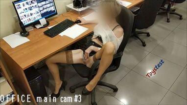 Парень смотрит порно и трахает свою девушку на квартире у друга